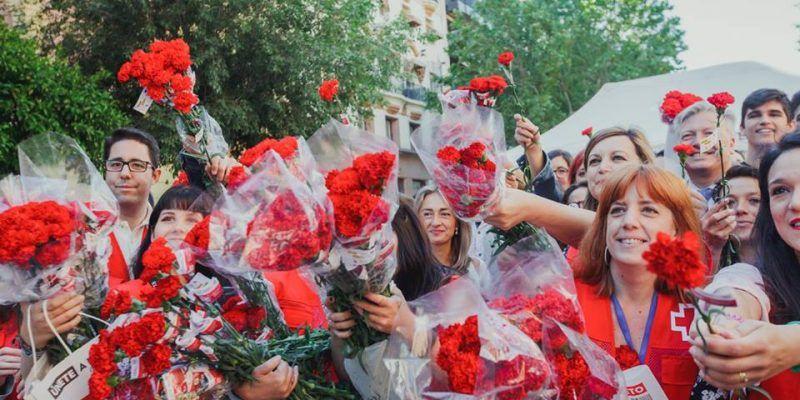 Cruz Roja reparte más de 5.000 claveles en el centro de Córdoba para reivindicar la igualdad en el empleo